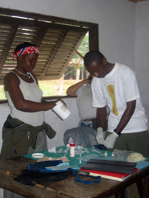 Vacunación en el poblado de Mayang, Guinea Ecuatorial