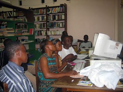 Clase de informática en el Centro Cultural Juan Urretabizkaia