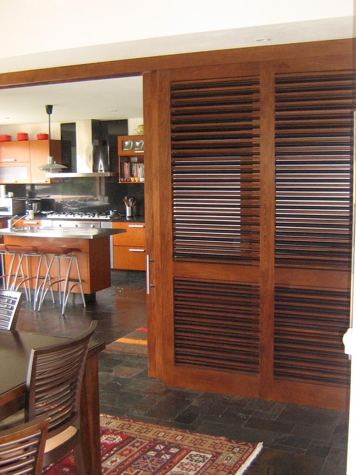 I g a cocinas y carpinteria puerta de cocina corredera for Puertas madera natural