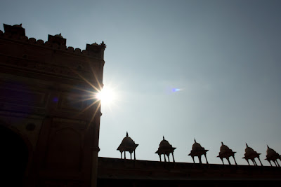 The sun peeking from behind the building in Fatehpur Sikri