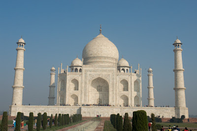 Photo of the Taj Mahal on a clear blue sky day