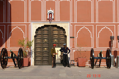 Photo of guards with cannons at the Jaipur City Palace