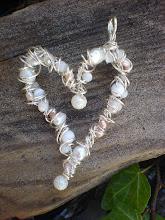 Hängen/ berlocker i silvertråd med valfria pärlor.