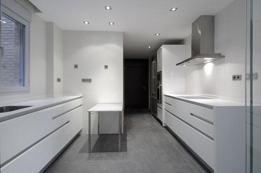 Interiorismo de pisos en madrid por a cero casa minimalista for Cocinas con suelo gris oscuro