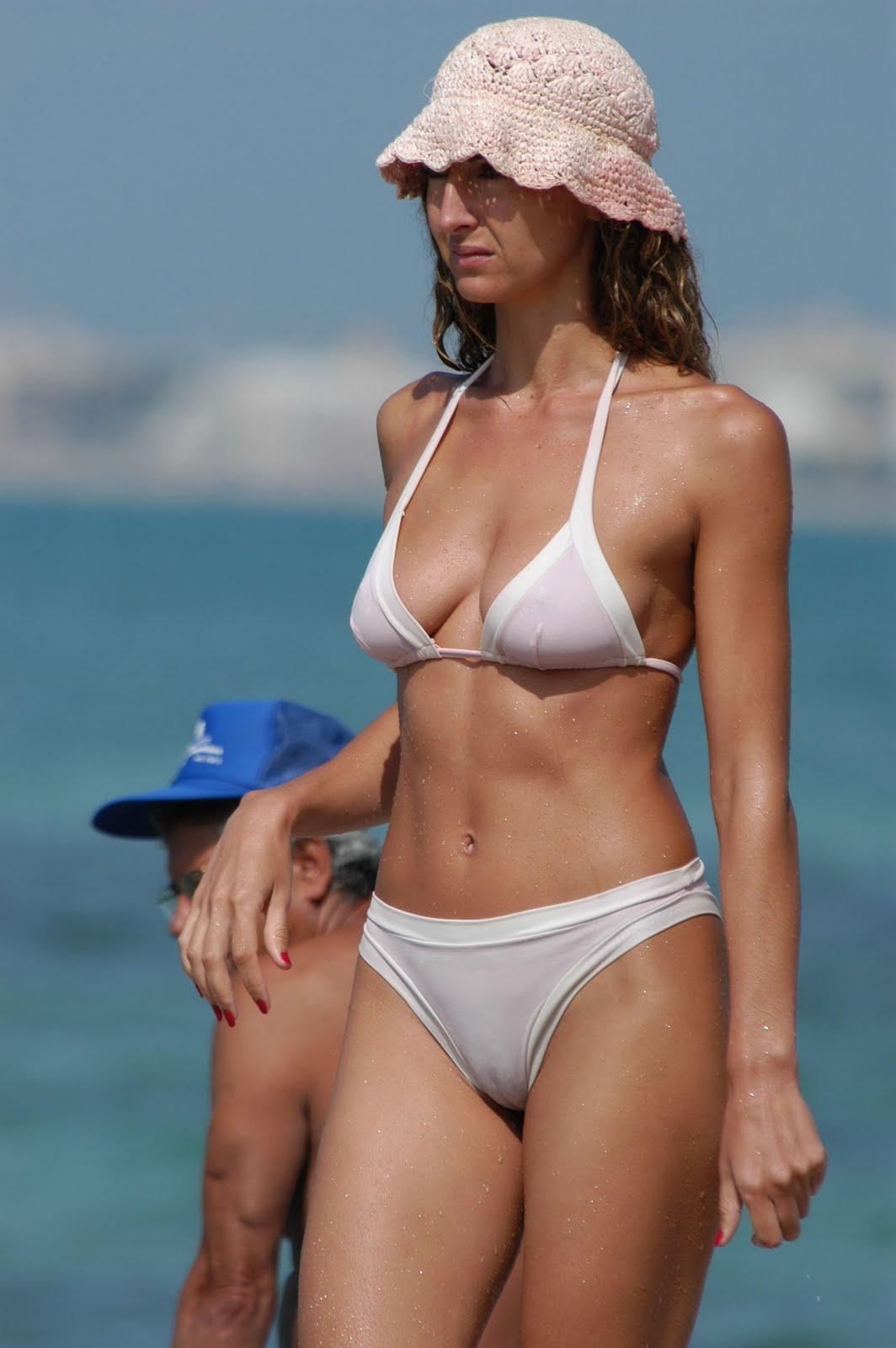 Прозрачные бикини на пляжах 13 фотография