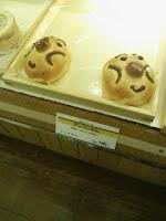 近所のパン屋さんで見つけた「アンパンさん」。