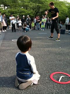 上野公園で大道芸を見る息子