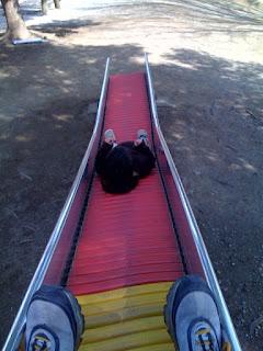 息子がすべり台を寝て滑る技を編み出した