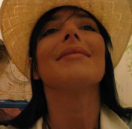 Sabrina con il cappello di paglia
