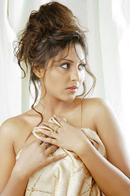 Actress Madhu Shalini Hot n spicy Photos Gallery