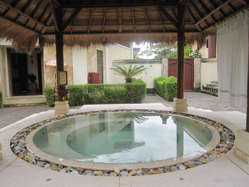 Outdoor jacuzzi design ideas for house for Outdoor jacuzzi ideas
