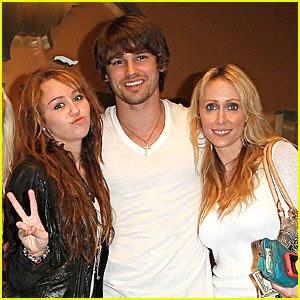 Miley Cyrusboyfriend on Community  Miley Cyrus In Compagnia Della Mamma E Del Nuovo Boyfriend