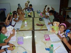 Los niños leen EL CONEJO DE PELUCHE