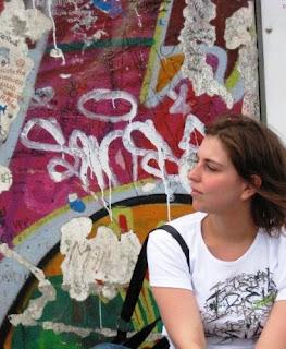 Isa frente al Muro de Berlín
