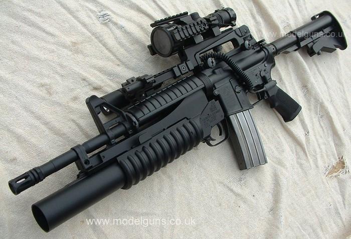 Pelbagai senjata api tiruan, peluru dan pakaian pasukan keselamatan ...