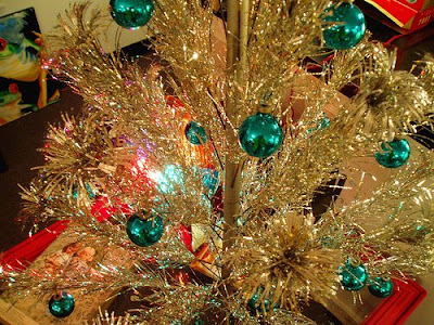 aluminum trees first came into fashion during the holiday season of 1959 when the first all aluminum trees went on sale sales were moderate the first year