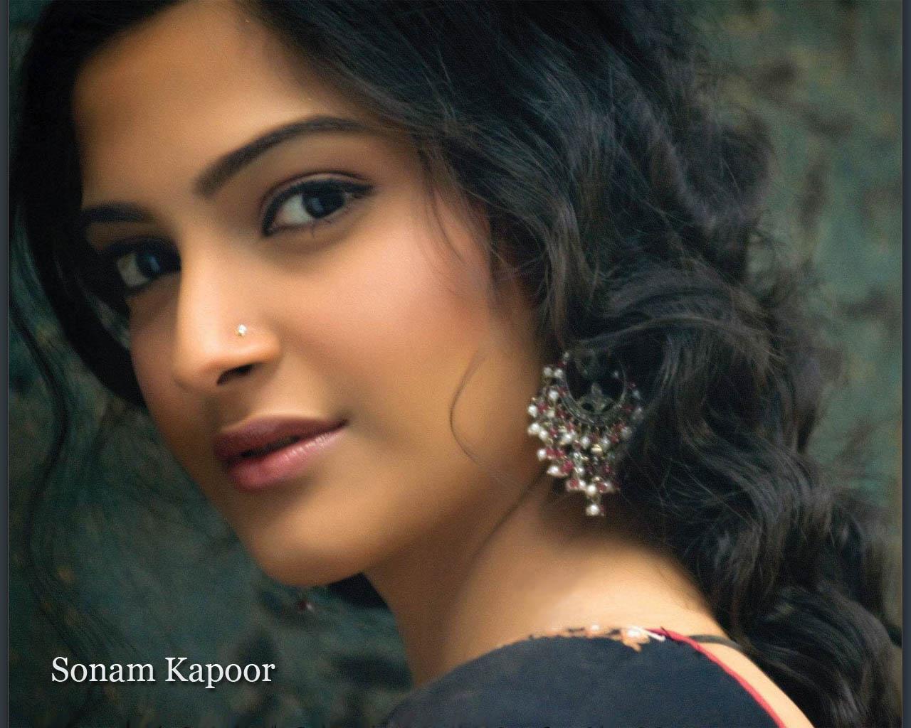 http://3.bp.blogspot.com/_9KHB1qdgTys/TKgxjhCKS1I/AAAAAAAAANk/2w5j800ZUrE/s1600/Sonam-Kapoor-8.jpg