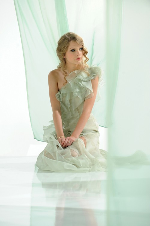 Taylor Swift in her first advertising campaign for CoverGirl NatureLuxe!