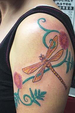 dragonfly tattoos Il tatuaggio della libellula volteggiando tra sogni e realtà