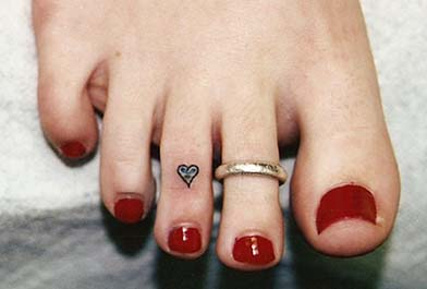 tattoo equipment toe ring tattoo small and subtle beauty. Black Bedroom Furniture Sets. Home Design Ideas
