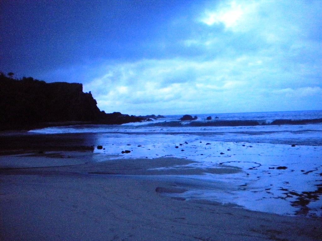 Keindahan pantai dan tebing siung di pagi hari
