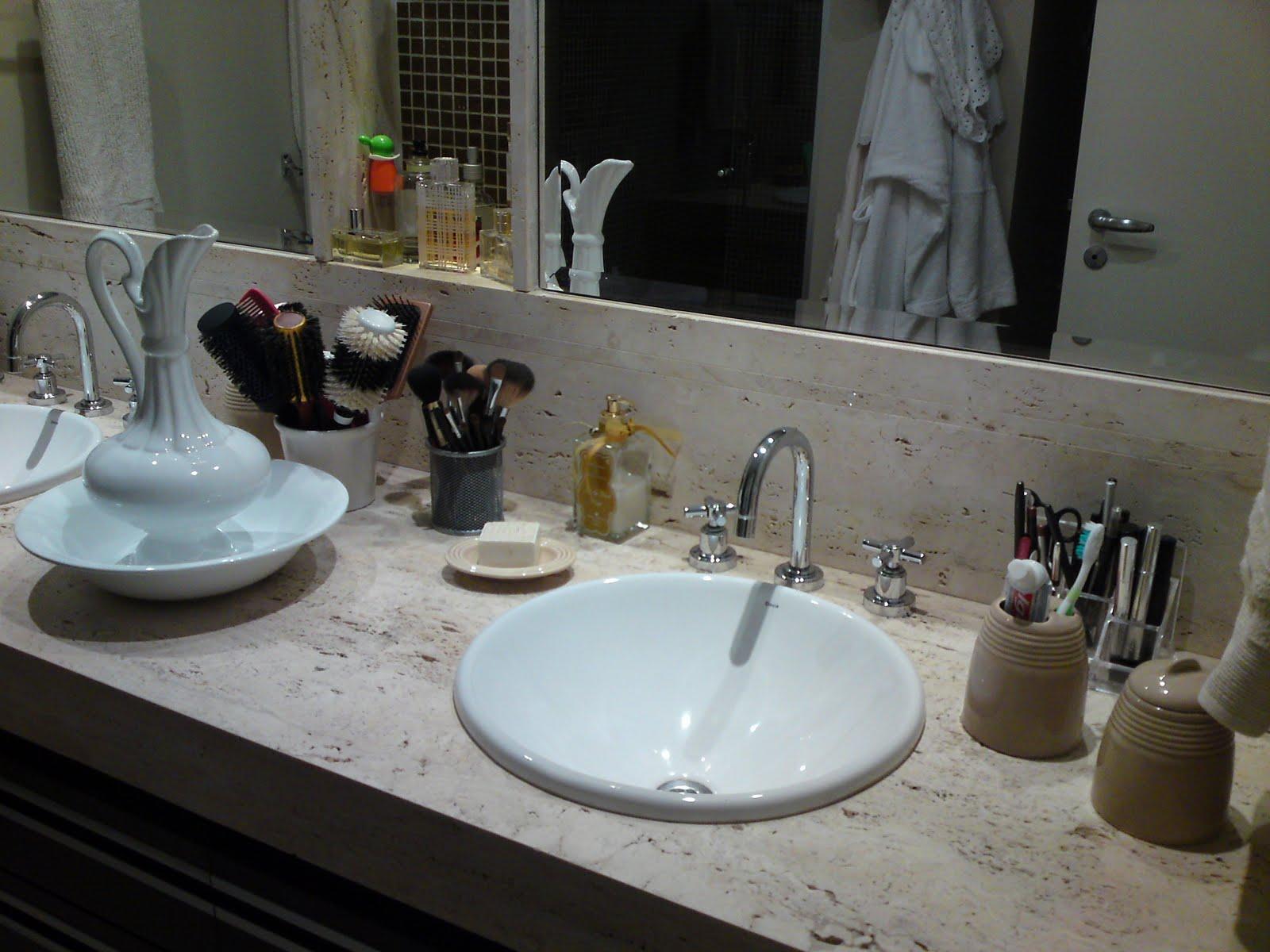 Em cima da bancada coloquei todos os itens de muito uso como: escovas  #516E7A 1600 1200