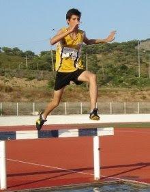 Foto: Homem saltando obstáculo