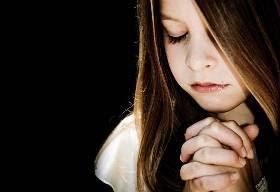 Foto garota orando