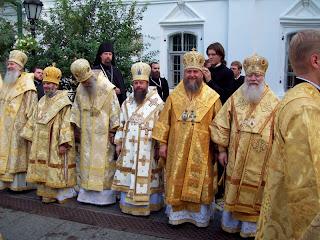 Священники на Соборной площади Печерской лавры