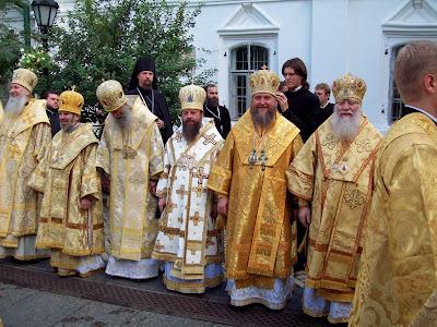 Священники в праздничных одеяниях