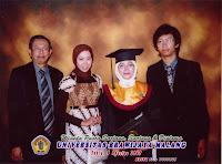 foto wisuda dengan keluarga