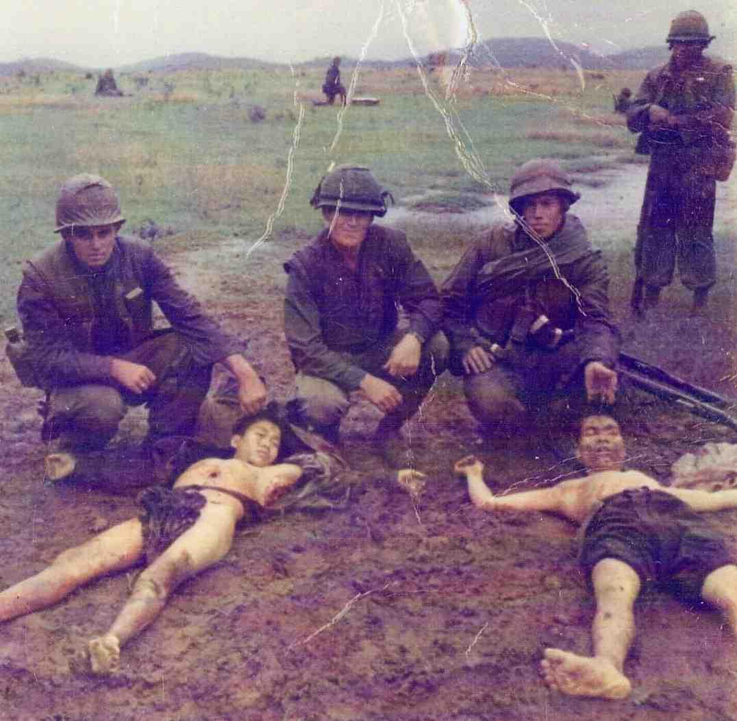 Des soldats usioinistes qui exhibent des doigts et crane Afghans  comme trophés