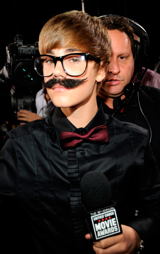 Justin Bieber: Tux, Tennies and Purple Glasses at the Golden Globes