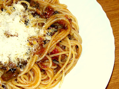 Pasta con salsa de tomates y berenjenas