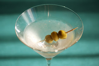 martini koktél vodka jég zöld olivabogyó olajbogyó