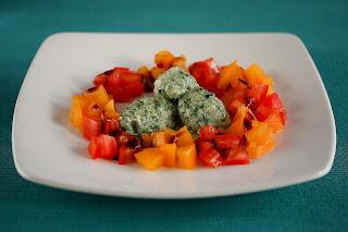 csalán galuska gnocchi zöldfűszer piros sárga paradicsom balzsamecet olivaolaj ricotta parmezán