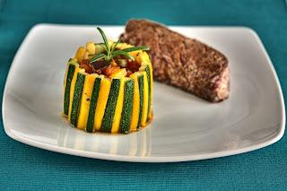 francia lecsó ratatouille torony zöldség padlizsán sárga cukkíni marha-steak