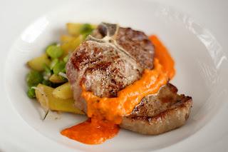 borjú steak hús hátszín bélszín filé borjú t-bone steak kumquat paprika mártás borsikafű lóbab sült hagymás újkrumpli újburgonya