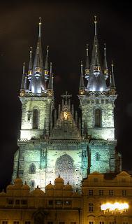 tyn előtti szűz mária templom este éjszaka kivilágítás prága csehország hdr