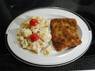 Sesamschnitzel und Kartoffelsalat