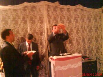 Pastor Valdir Braga ministrando a santa ceia do Senhor Jesus em Itariri