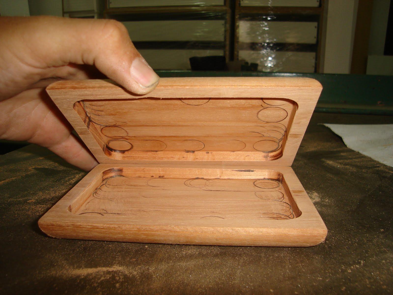 para colocar las bisagras y que la caja cierre es necesario rebajar el borde de la caja donde se asentar la bisagra