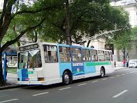 Trólebus da linha 20 na Praça Mauá, em Santos - foto de Emilio Pechini