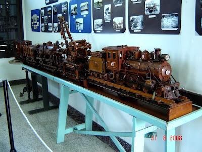 Réplica de trem em madeira - F. Chavari