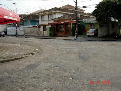 Note os trilhos sob o asfalto na esquina das ruas Benjamin Constant e Comendador Alfaia Rodrigues. Foto de Emilio Pechini