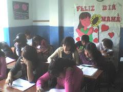 MUCHACHOS EN CLASE DE QUIMICA