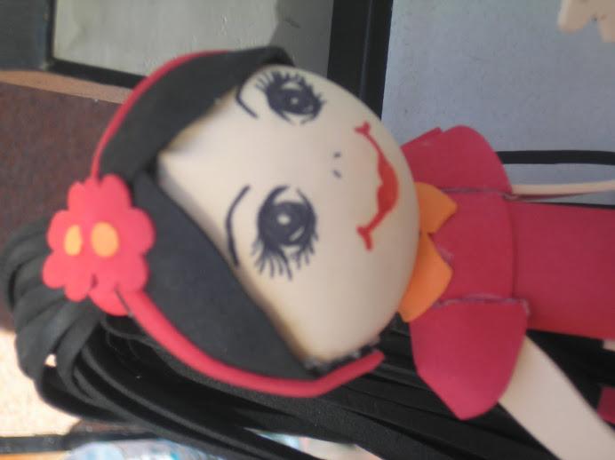 Muñeca roja con una colete negra