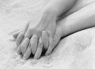 casal mão dadas