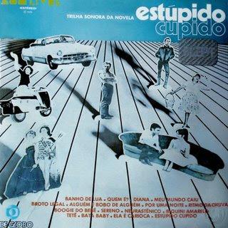 """A Globo lançou essa novela em 1976. A torcida abriu uma faixa: Santos, """"Estupido cupido"""", os anos 60 estão de volta"""