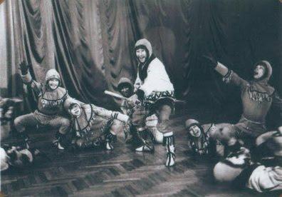 """Танец """"Оленеводы"""". Солист А.Тевлялькот, далее слева на право -  В. Тынетыркиет, И. Цой, Н. Тат."""